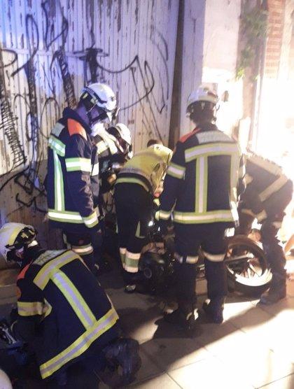 Una mujer resulta herida al caerle la moto encima y clavársele el hierro del caballete en su gemelo en València