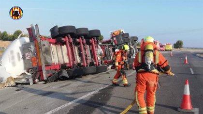 Vuelca un camión en la A-3 con mercancía peligrosa y su conductor resulta herido grave