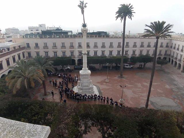 El 'Pingurucho' bordeado por una hilera de personas en la Plaza Vieja de Almería