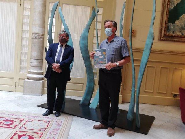 El presidente del Parlament, Vicenç Thomàs, y el director de la OBIA, Serafín Carballo.