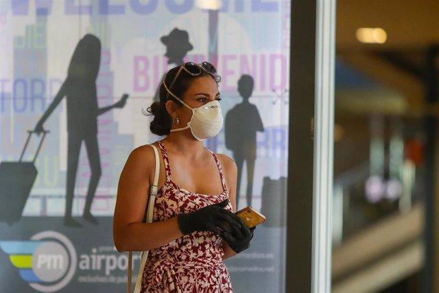 Una persona espera en el interior del aeropuerto de Manises (Valencia) la llegada del primer vuelo internacional