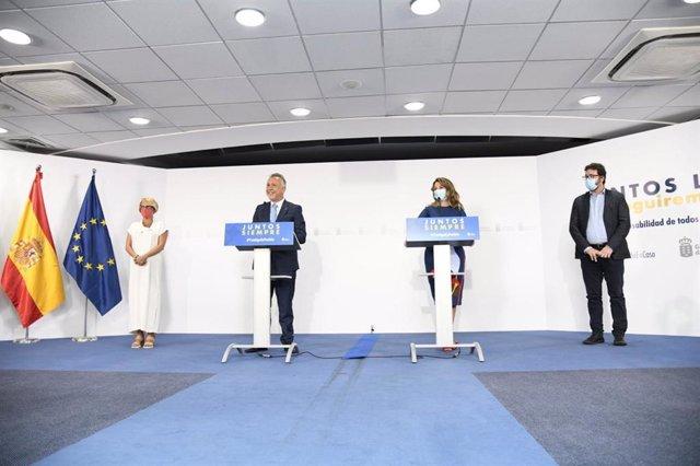 El presidente de Canarias, Ángel Víctor Torres, y la ministra de Trabajo, Yolanda Díaz, en la rueda de prensa posterior a la firma del PIEC.