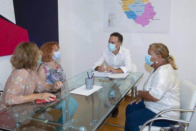 El diputado delegado de Bienestar Social, David de la Encina, en una reunión con miembros de la directiva de la Asociación de Familiares de Enfermos Duales (Afedu).