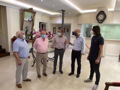 El presidente de la Diputación de Zaragoza visita la iglesia y el balneario de Paracuellos de Jiloca