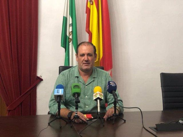 El delegado de Agricultura y del Servicio de Cementerio de Lora del Río, Federico Cuevas, en una rueda de prensa