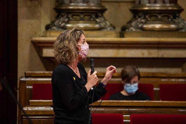La consellera d'empresa i Coneixement de la Generalitat, Àngels Chacón, intervé durant un ple de control al Govern de la Generalitat, marcat principalment per la gestió del COVID-19, en el Parlament, a 22 de juliol de 2020.