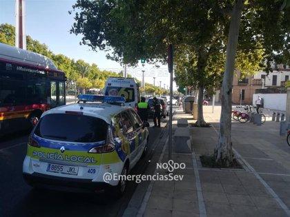 Hospitalizado un motorista tras colisionar con un turismo en Sevilla