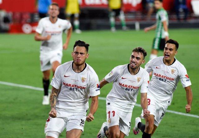 Ocampos, Munir y Reguilón celebran el gol del argentino en el derbi ante el Betis de LaLiga Santander 2019-2020