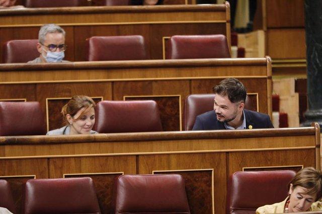Los diputados de ERC, Carolina Telechea y Gabriel Rufián hablan en una sesión plenaria en el Congreso