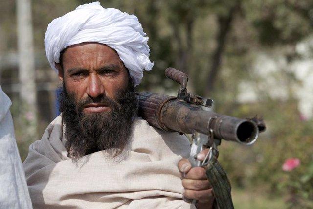 Un miliciano talibán se entrega a las autoridades en Herat
