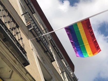 La Policía de Polonia pone en libertad a dos activistas detenidos por desplegar banderas LGTBI en varios monumentos