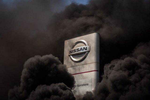 Trabajadores de la planta de producción de Nissan en Barcelona queman neumáticos en el exterior de la fábrica en la Zona Franca, en Barcelona, Cataluña (España), a 28 de mayo de 2020.
