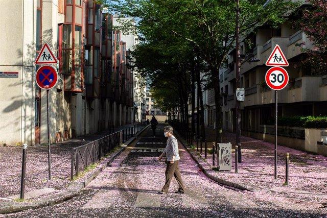 Una mujer con mascarilla en París durante la pandemia de coronavirus en Francia
