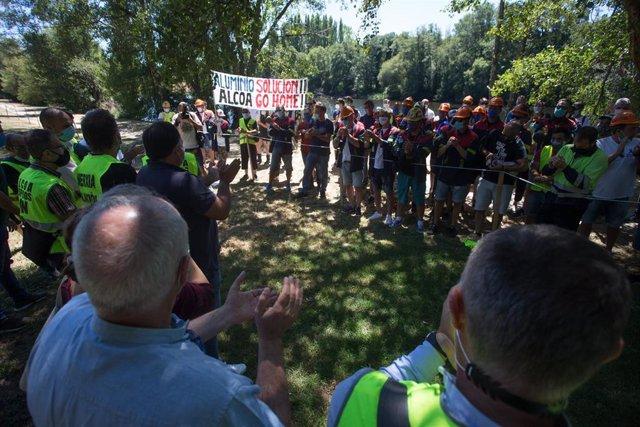 Traballadores de Alcoa aplauden durante unha concentración en apoio ao comité de empresa da planta de San Cibrao após a súa reunión coa dirección de Alcoa España para negociar o Expediente de Regulación de Emprego (ERE) antes do prazo previsto para ejec