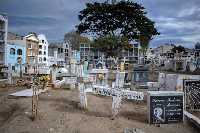 17 July 2020, Ecuador, Quito: A general view of gravestones at the Calderon cemetery where 40 people who died of Covid-19 were buried. Photo: Juan Diego Montenegro/dpa