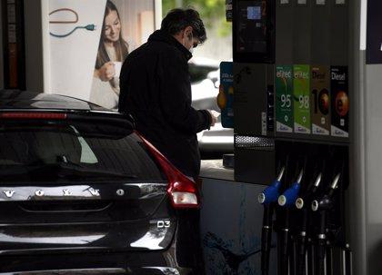 El precio de los carburantes se abarata hasta un 0,28% y pone fin a casi tres meses de subidas