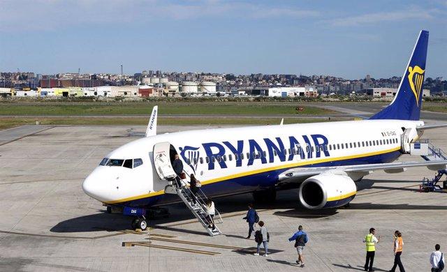 Avión Ryanair en el aeropuerto Seve Ballesteros de Santander