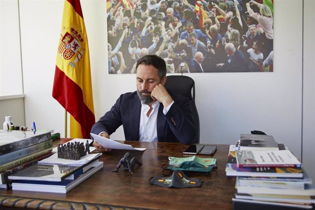 El presidente de Vox, Santiago Abascal, posa en su despacho