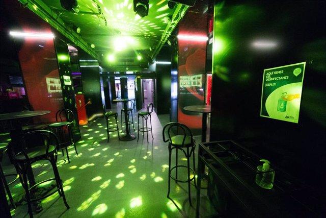 Sillas en la pista de baile de la discoteca La Cartuja (Calle de la Cruz, 10), en Madrid (España), a 3 de julio de 2020.