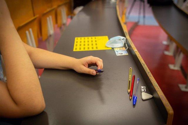 Un estudiante de bachillerato coloca sus enseres antes de comenzar los exámenes de las Pruebas de Acceso a la Universidad (PAU), en el Campus Ciutadella en Barcelona, Catalunya (España), a 7 de julio de 2020. Los exámenes, que comienzan este martes y hast