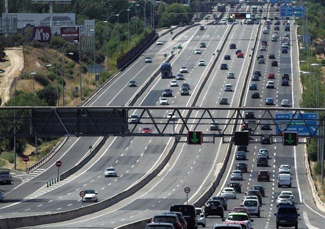 Tráfico de vehículos en la carretera A-6 a su paso por el barrio de El Plantío, en Madrid