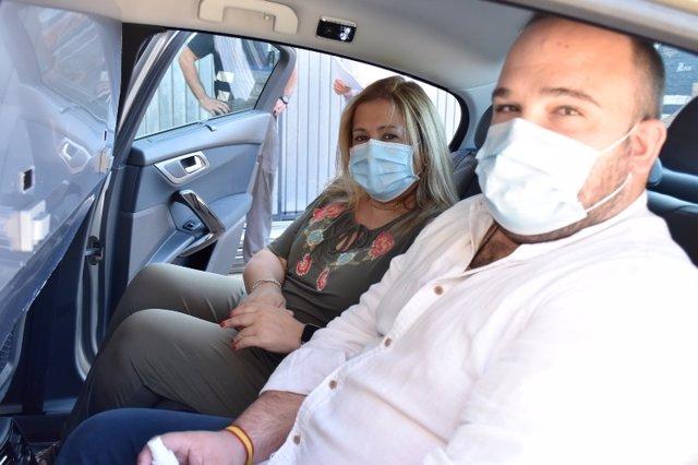 De Gregorio (I) y Rubio (D) en el interior de un taxi con mamapara protectora.