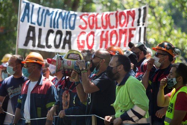 Un trabajador de Alcoa habla a través de un megáfono durante una concentración en apoyo al comité de empresa de la planta de San Cibrao momentos antes de su reunión con la dirección de Alcoa España para negociar el Expediente de Regulación de Empleo (ERE)