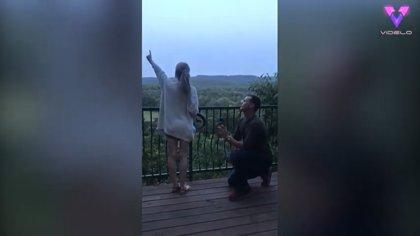 Este chico sorprende a su novia de instituto con una pedida de matrimonio al atardecer