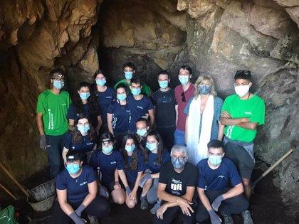 Una veintena de jóvenes voluntarios trabajan para localizar y recuperar búnkeres del franquismo en el Pirineo