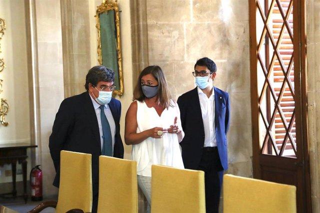 La presidenta del Govern, Francina Armengol (centro), junto al ministro de Inclusión, Seguridad Social y Migraciones, José Luis Escrivá (izquierda) y el conseller de Modelo Económico, Turismo y Trabajo, Iago Negueruela, en el Consolat de Mar.