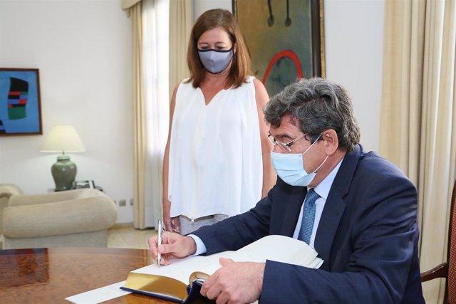 El ministro de Inclusión, Seguridad Social y Migraciones, José Luis Escrivá, junto a la presidenta del Govern, Francina Armengol, en el Consolat de Mar.