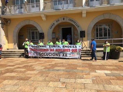 Operarios de auxiliares de Endesa en As Pontes (A Coruña) se manifiestan ante el Ayuntamiento para demandar soluciones