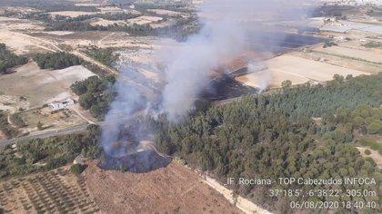 Reabierta al tráfico la carretera A-484 tras estabilizarse el incendio de Rociana (Huelva)