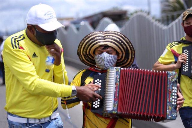 Artistas se manifiestan en Bogotá para pedir subsidios dedicados al sector por la pandemia del coronavirus.