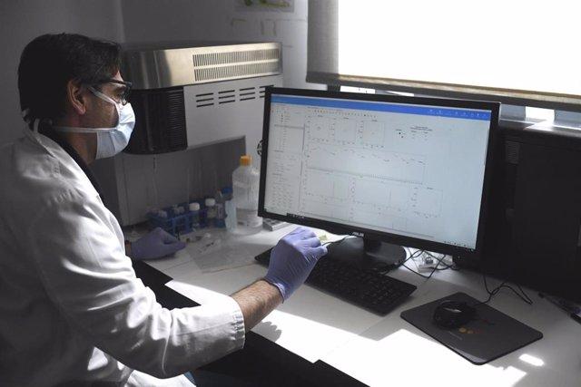 Un empleado trabaja en el Instituto de Investigación del Hospital Universitario La Paz en el que se desarrolla un proyecto de investigación sobre el coronavirus