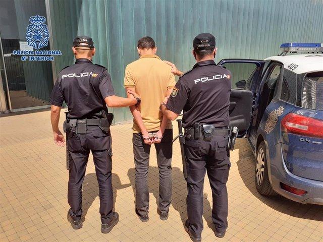 Uno de los detenidos por robo es conducido a dependencias policiales