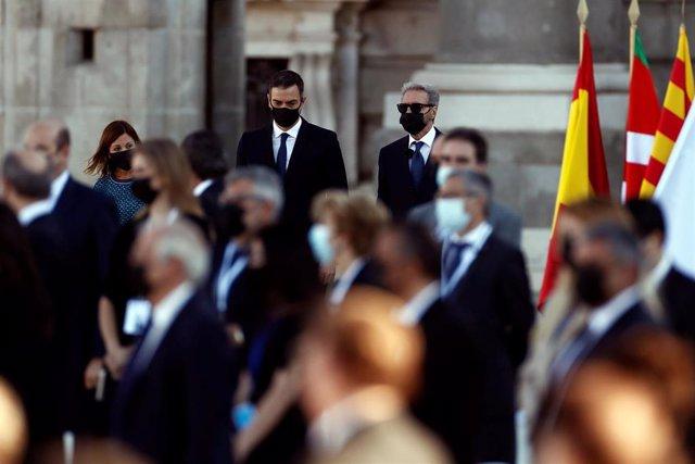 El presidente del Gobierno, Pedro Sánchez (c), durante el homenaje de Estado a las víctimas de la pandemia de coronavirus en el Patio de la Armería del Palacio Real en Madrid (España), a 16 de julio de 2020.