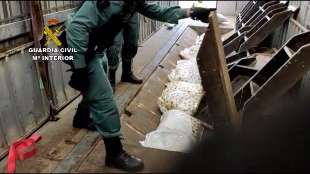 La Guardia Civil desmantela una organización dedicada al tráfico internacional de marihuana y cocaína.