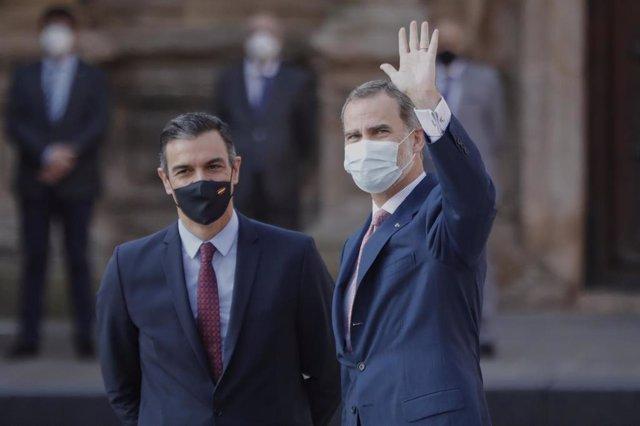 Elpresidente del Gobierno, Pedro Sánchez y el Rey Felipe VI a su llegada al monasterio de Yuso, antes de la celebración de la XXI Conferencia de Presidentes, en San Millán de la Cogolla, La Rioja (España), a 31 de julio de 2020.