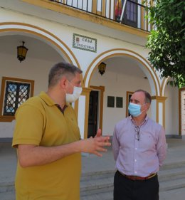 El delegado de Empleo, Antonio Augustín, con el alcalde de Rosal de la Frontera.