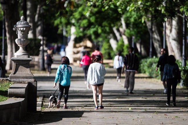 Transeúntes caminando y haciendo deporte en Madrid