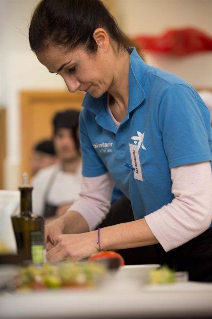 Voluntarios de 'la Caixa' en Andalucía imparten clases de cocina 'on line' a jóvenes tutelados