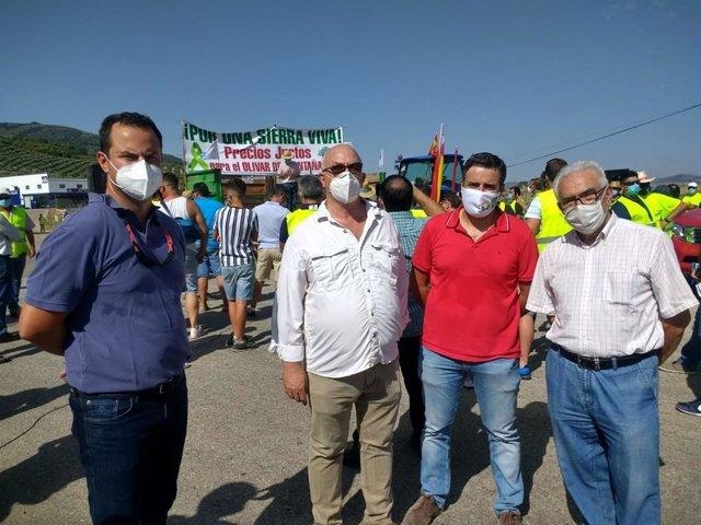 Representantes de las organizaciones convocantes de la caravana por un precio justo para el aceite de oliva en la Sierra de Segura.