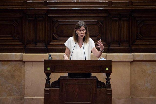 La presidenta de los comuns en el Parlament, Jéssica Albiach, en su intervención en el pleno monográfico de la monarquía.