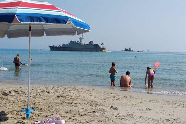 Playa de La Manga del Mar Menor en donde permanece encallado el cazaminas 'Turia'