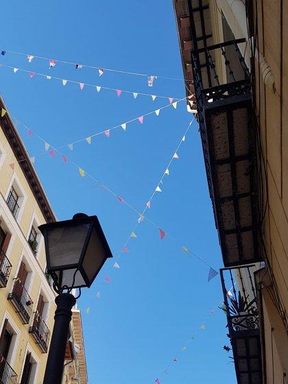Las fiestas de agosto tendrán que esperar a 2021 pero el Madrid castizo monta su propia verbena con balcones engalanados