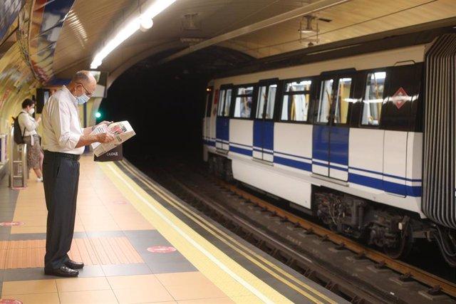 Un pasajero en la estación de Metro de San Bernardo, en Madrid.