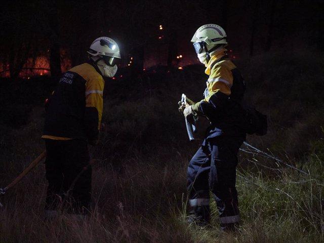 Efectivos de bomberos trabajando para extinguir un incendio forestal producido entre las localidades de Gazolaz y Arazuri, a escasos 5 kilómetros de Pamplona, donde han llegado el humo y las cenizas. En Gazolaz (Navarra), a 8 de agosto de 2020.