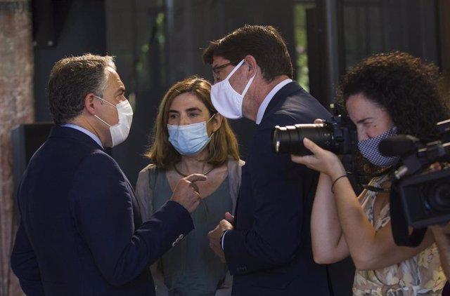 El consejero de Presidencia, Elías Bendodo (i); la consejera de Empleo, Rocío Blanco (c), y el vicepresidente de la Junta, Juan Marín (d), en una foto de archivo.