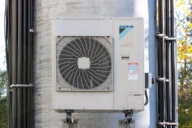 Los sistemas de agua caliente, como duchas, o las torres de enfrentamientos de los sistemas de aire acondicionado, son lugares propicios para que se desarrolle la bacteria de la legionella